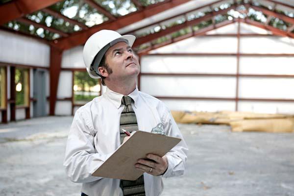 Hombre realizando una inspeccion de trabajo