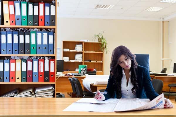 trabajador autonomo en una oficina