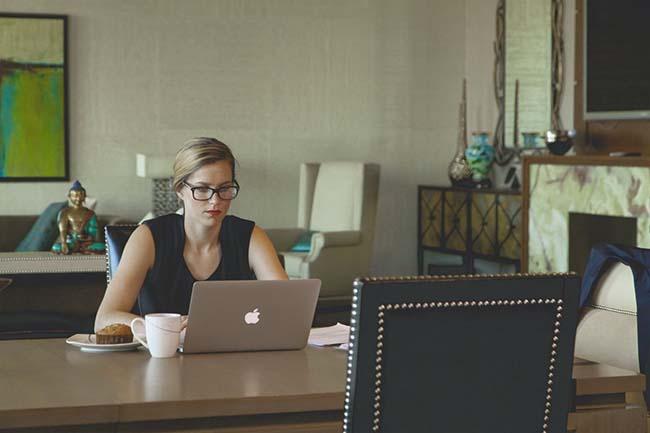 chica-trabajando-con-internet